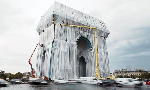 Der Arc de Triomphe in Paris wird verhüllt - nach Plänen des verstorbenen Christo