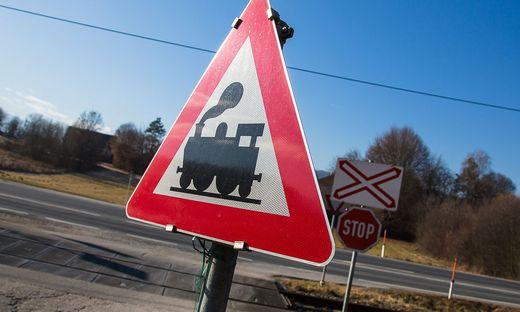 Bei einem unbeschrankten Bahnübergang kam es zu dem tödlichen Zwischenfall