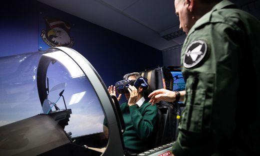 """In Wien-Leopoldstadt können nun aber auch Normalsterbliche mit dem Kampfjet ihre Runden drehen - dank einem neuen """"Full-Motion Simulator"""" der Firma """"Vienna Flight"""""""