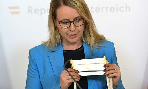 Wirtschaftsministerin Margarete Schramböck (ÖVP) präsentierte die Vorarlberger Schutzmasken