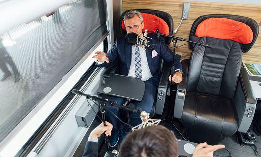 Norbert Hofer im einstündigen Podcast Gespräch im Zug von Wien nach Linz.