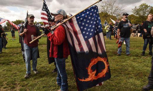Anhänger der Verschwörungstheorie QAnon bei einer Demonstration in Portland, Oregon.