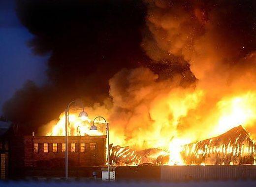 Riesige Explosion im englischen Leicester - Gebäude in Flammen