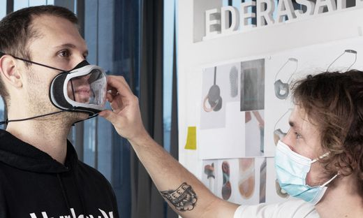 Per App werden die Gesichtszüge millimetergenau vermessen und die Maske danach angepasst