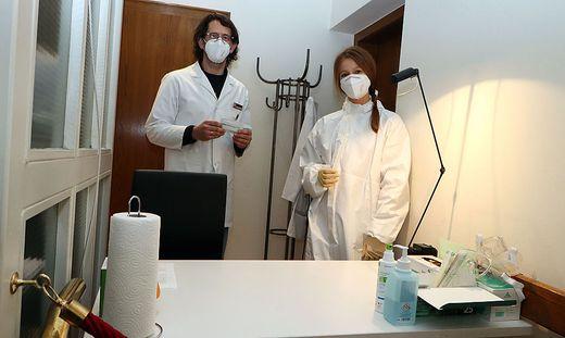 Gerhard Angerer und Lisa Drothler testen in der Stadt-Apotheke
