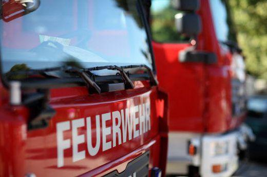 """Feuerwehrauto von vorne mit der Aufschrift """"Feuerwehr"""""""