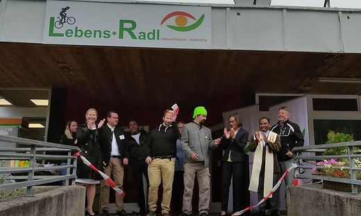 Gerlinde Kohlroser (3. v. r.) bei der Eröffnung der neuen Werkstatt