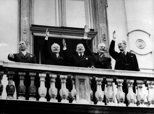 Leopold Figl präsentiert den Staatsvertrag