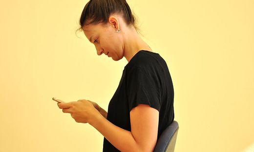 Fehlhaltung: So gefährlich ist das Smartphone für die Wirbelsäule ...