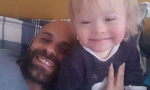 Luca Trapanese mit seiner Adoptiv-Tochter Alba