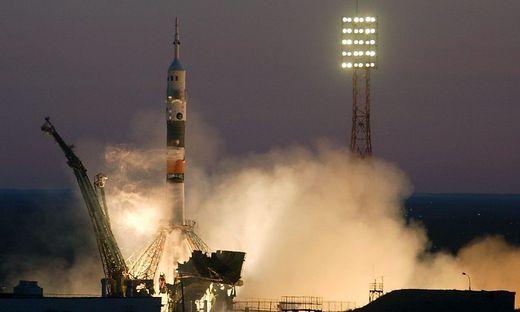 Der Satellit startete mit einer Rakete ins All