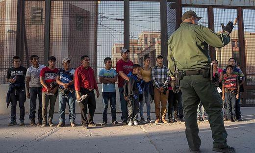 Lateinamerikanische Migranten an der US-Grenze