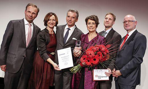 Sabine Herlitschka (mit Blumenstrauß) wurde Dienstagabend zur Kärntner Managerin des Jahres gekürt