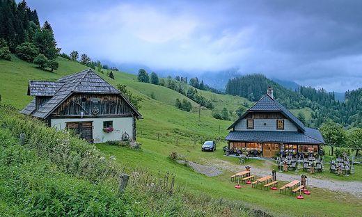 Zur Falkensteinalm (im Bild die Schutzhütte) gibt es einen neu restaurierten Wanderweg
