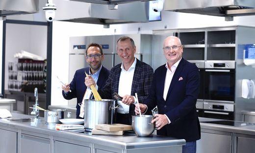 VHS-Geschäftsführer Martin Bauer, AK-Präsident Josef Pesserl und AK-Direktor Wolfgang Bartosch (von links) im modernen Küchenstudio der neuen VHS.