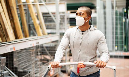Bei Maskenpflicht und Abstandsregeln gab es in den Villacher Baumärkten keine Beanstandungen (Sujetfoto)