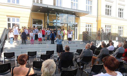 Die Schüler der Sommerschule haben zur Eröffnung ein Ständchen vorgetragen