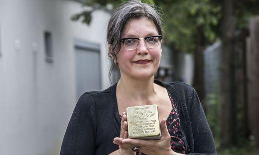 """Daniela Grabe, Obfrau des Vereins """"Gedenkkultur in Graz"""", holte die Stolpersteine in die Stadt"""