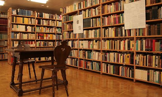 Die Sammlung umfasst neben 8000 Schriftstücken auch Sir Karl Poppers – recht spartanisches – Mobiliar aus seinem Arbeitszimmer