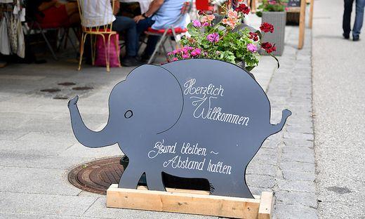 Der Babyelefant ist überall mit dabei - hier auf einem Schild in der Fußgängerzone St. Wolfgang