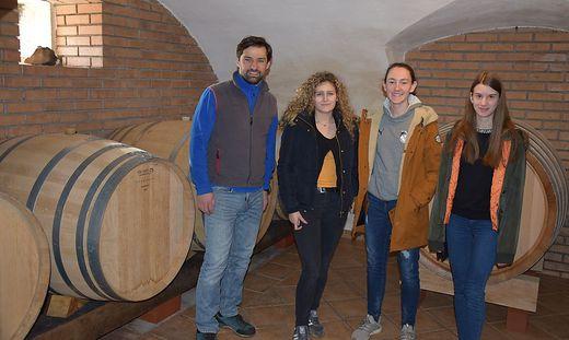 Winzer Matthias Schnabl gab den Schülerinnen eine Führung durch seinen Weinkeller
