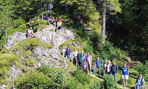 Am Fuß des Kaiser-Franz-Joseph-Standbildes nahm die Wanderung in der Walstern ihren Ausgang