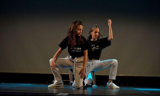 Zwei Mädchen in Tanzposition auf einer Bühne