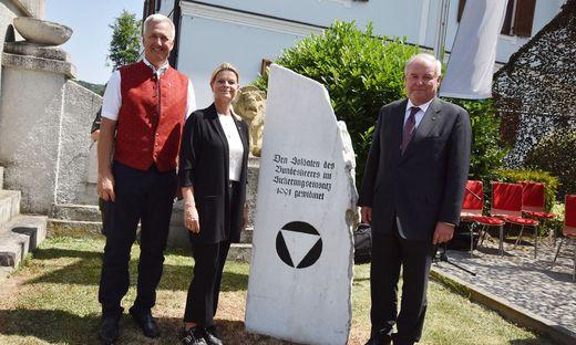 Der Straßer Bürgermeister Reinhold Höflechner, Verteidigungsministerin Klaudia Tanner und Landeshauptmann Hermann Schützenhöfer beim Gedenkstein in Spielfeld