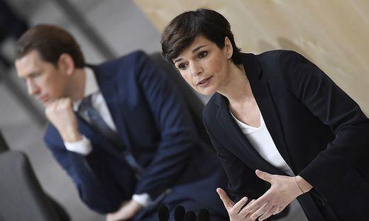 """In der Kanzlerfrage liegt Sebastian Kurz (ÖVP) bei 27, """"Verfolgerin"""" Pamela Rendi-Wagner (SPÖ) bei 13 Prozent."""