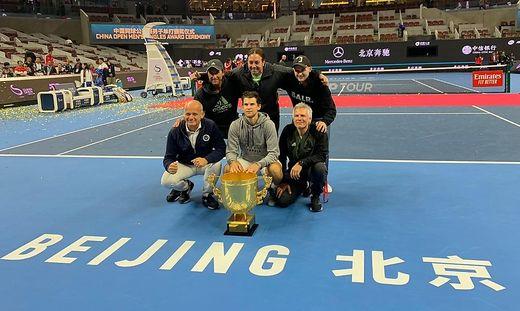 Das Team von Dominic Thiem feierte den Titel in Peking: Manager Straka, Vater Wolfgang, Trainer Massu und Physiotherapeut Stober