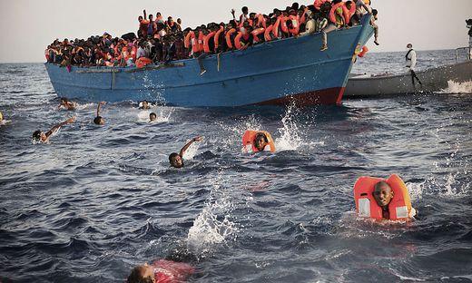 In Seenot geratenes Flüchtlingsschiff
