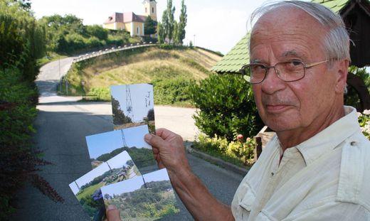 Otto Jager mit Zeichungen des möglichen Funkturmes