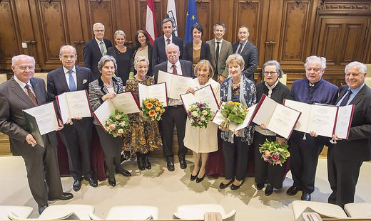 Feierliche Überreichung der Urkunde im Rathaus