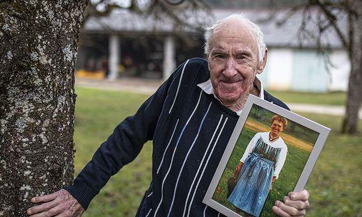Stolzer Bischofs-Vater: Viktor Marketz mit einem Bild seiner heuer im April verstorbenen Gattin Katharina