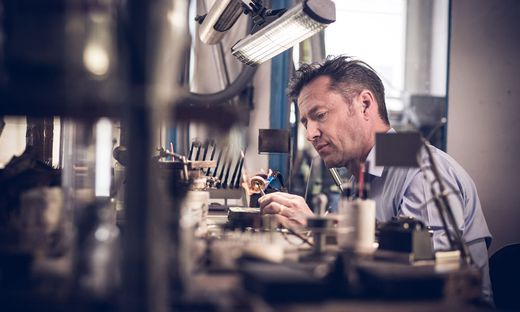 Goldschmied Christian Sommer arbeitet in seiner Werkstatt an einem Ring