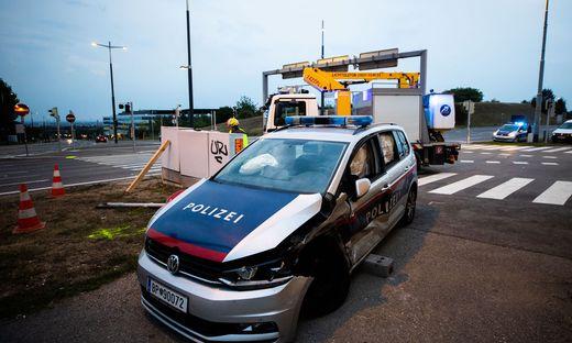 Das verunglückte Polizeiauto am Unfallort