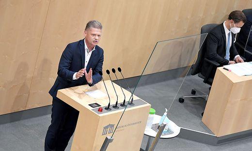 """Der """"Tagespresse"""" zufolge soll Andreas Hanger einen Anstecker tragen, der ihn als Satiriker kennzeichnet."""