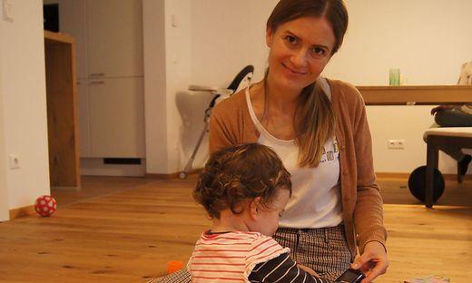 Elisabeth Renner von Moki betreut die kleine Laura und ihre Eltern