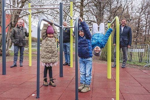 Von rechts Bürgermeister Günther Albel, Gemeinderat Gerhard Kofler und Stadtrat Harald Sobe mit neugierigen Kindern, die den Motorikpark schon getestet haben