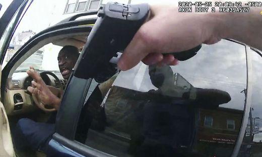 George Floyd, als er aufgefordert wurde, aus seinem Auto zu steigen