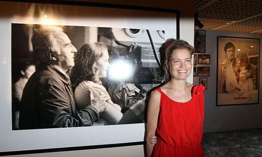 Sarah Biasini vor einem Bild ihrer Mutter
