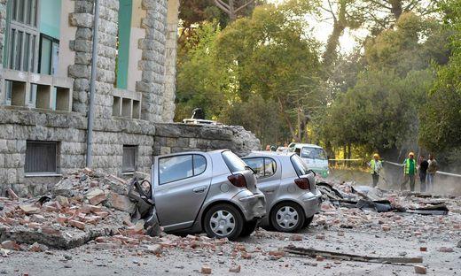 Zerstörte Autos in Albaniens Hauptstadt Tirana