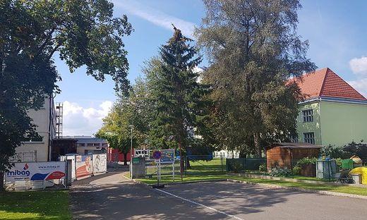 Im beschädigten Teil des Gebäudes (links) sind die Baufirmen am Werk, der Unterricht findet in den anderen Teilen der Schule statt