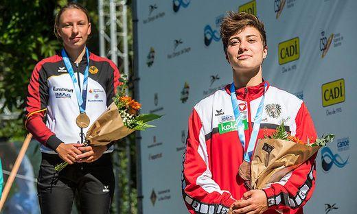 Nadine Weratschnig (re.) mit ihrer WM-Bronzenen um den Hals