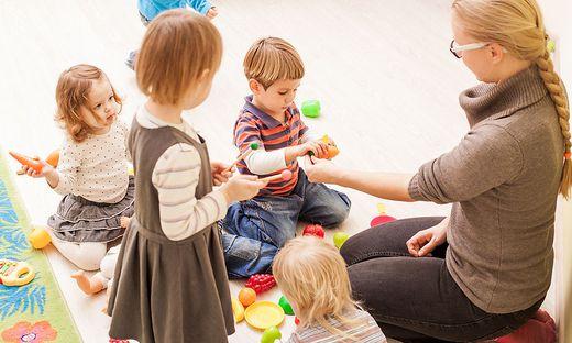 Bis zu 450 Euro monatlich zahlen Eltern in Kärntner Kinderbetreuungseinrichtungen. Um zu hohe Tarife künftig zu verhindern, plant das Land eine Fördereckelung (Symbolfoto)