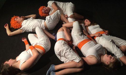 Beim Schauspieltraining lernen die Jugendlichen, den eigenen Körper bewusst wahrzunehmen