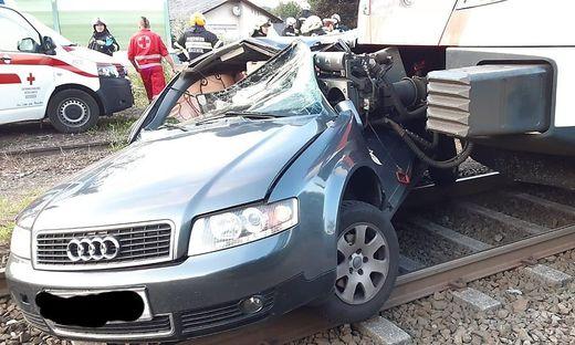 Unfall auf Eisenbahnkreuzung in Freidorf
