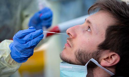 PCR-Abstriche in Teststationen: ein Gratis-Service für Nachtschwärmer