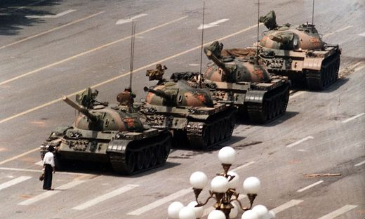 Auch andere Fotografen hielten die Szene auf dem Tiananmen-Platz damals fest. Der AP-Fotografen Jeff Widener erhielt für seine Aufnahme den Pulitzer-Preis