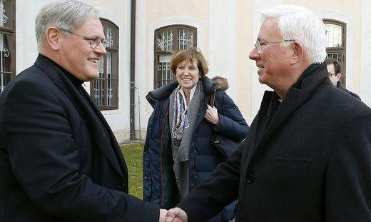 Wirklich entspannt scheint das Verhältnis zwischen Ordinariatskanzler Jakob Ibounig (links) und Erzbischof Franz Lackner derzeit nicht